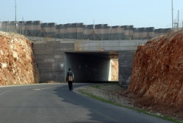 Road closed by walls and fences used by Israeli settlers only above in Qalqilia. Photo: Bassam Almohor