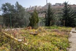 منع الاحتلال الاسرائيلي اهالي قرية وادي فوكين من استخدام حديقة الاطفال، وفي الخلف تظهر مستوطنة بيطار عيليت الاسرائيلية