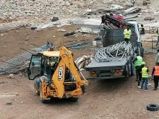 صورة لعملية هدم منشات المواطن ابراهيم ابو عروج في منطقة الوادي الاحمر فصايل وتظهر الجرافة والشاحنة التي نفذت عملية المصادرة