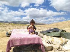 طفلة فلسطينية على أنقاض منزلها بعدما هدمته سلطات الاحتلال في النويعمة - آذار 2021