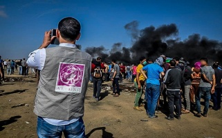 Al-Haq's field researcher documents the seventh Great Return March protests, east of Khuza'a, east of Khan Younis, 11 May 2018 – Al-Haq (c) 2018.