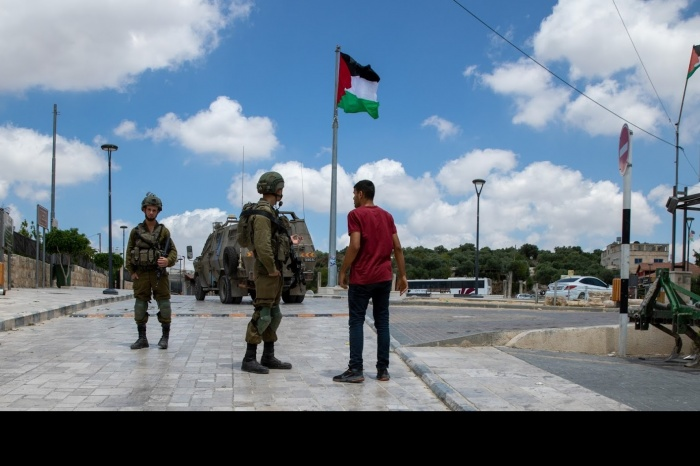 The Israeli Occupying Forces bar the entrances of Al-Baidar Square, during the settler incursion © Al-Haq 16 June 2021 5